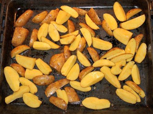 Kartoffel wedges in den ofen schieben